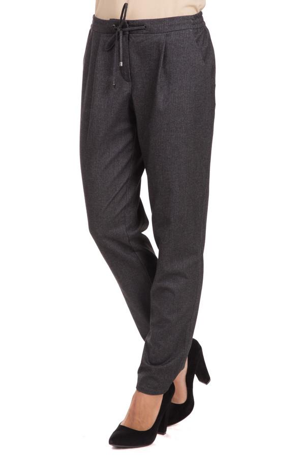 Брюки Betty BarclayБрюки<br>Строгие, и в то же время стильные женские брюки Betty Barclay серого цвета - образец вещи, которая должна присутствовать в гардеробе каждой леди. Вольный крой, свободный фасон, возможность носить в любое время года. В составе изделия – эластан, вискоза, полиэстер. Сочетаются как с высокими каблуками так и с обувью на низком ходу. Изделие дополнено пояском из ткани.<br><br>Размер RU: 50<br>Пол: Женский<br>Возраст: Взрослый<br>Материал: эластан 2%, вискоза 29%, полиэстер 69%<br>Цвет: Серый