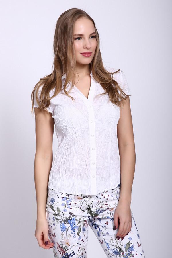 Блузa PezzoБлузы<br>Белая женская блуза Pezzo из жатого материала. Украшает блузу флористический узор, бледный и незаметный издалека. Приталенная блуза зрительно стройнит и утягивает фигуру. У блузы короткий рукав, застегивается она на ряд пуговиц, у нее V-образный вырез. Выполнена из полиэстера и хлопка, наиболее удобна летом.