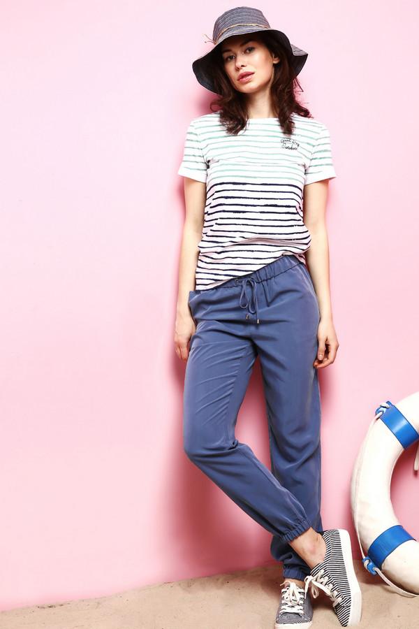 Брюки Just ValeriБрюки<br>Мешковатые женские брюки Just Valeri синего цвета. Такие брюки будут особенно удобны для занятия спортом и прогулок на свежем воздухе. Они достигают щиколоток, штанины присборены резинкой, а на поясе они завязываются шнурком. Изготавливается эта модель из полиэстера и модала. В летний сезон эта модель будет наиболее уместной.