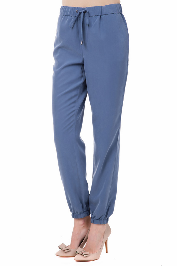 Брюки Just ValeriБрюки<br>Мешковатые женские брюки Just Valeri синего цвета. Такие брюки будут особенно удобны для занятия спортом и прогулок на свежем воздухе. Они достигают щиколоток, штанины присборены резинкой, а на поясе они завязываются шнурком. Изготавливается эта модель из полиэстера и модала. В летний сезон эта модель будет наиболее уместной.<br><br>Размер RU: 50<br>Пол: Женский<br>Возраст: Взрослый<br>Материал: полиэстер 30%, модал 70%<br>Цвет: Синий