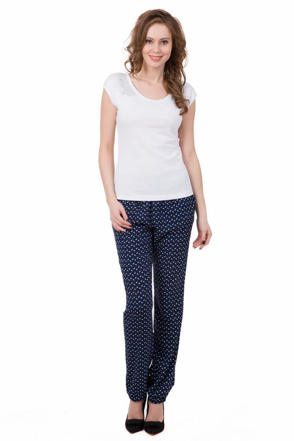 Брюки PezzoБрюки<br>Пестрые женские брюки Pezzo, которые сочетают белые и голубые вкрапления на темно-синем фоне. Штанины чуть ниже щиколоток, присборены внизу резинкой. Дополняет модель неширокий черный пояс. Брюки можно сочетать с футболками и туниками, блузами и жакетами. Изготовлены они полностью из полиэстера. В летний сезон они будут наиболее комфортными.