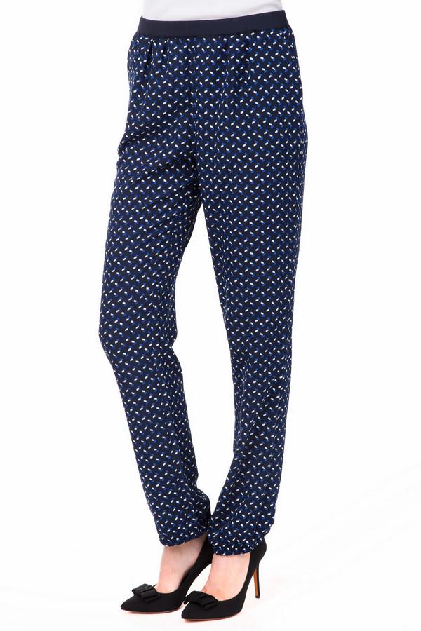 Брюки PezzoБрюки<br>Пестрые женские брюки Pezzo, которые сочетают белые и голубые вкрапления на темно-синем фоне. Штанины чуть ниже щиколоток, присборены внизу резинкой. Дополняет модель неширокий черный пояс. Брюки можно сочетать с футболками и туниками, блузами и жакетами. Изготовлены они полностью из полиэстера. В летний сезон они будут наиболее комфортными.<br><br>Размер RU: 52<br>Пол: Женский<br>Возраст: Взрослый<br>Материал: полиэстер 100%<br>Цвет: Разноцветный