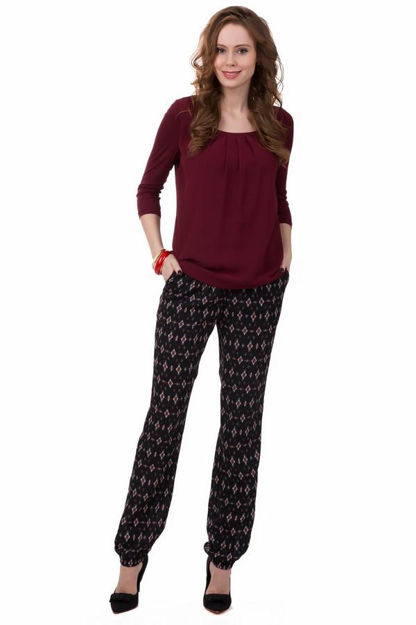 Брюки PezzoБрюки<br>Милые женские брюки Pezzo, черного цвета, украшенные ромбами красного и белого разного размера. Штанины достигают щиколоток, и внизу присборены резинкой. Дополнено изделие нешироким пояском. Такие брюки можно сочетать с разнообразной верхней одеждой. Изделие полностью выполнено из полиэстера. В летний сезон в таких брюках будет очень удобно.<br><br>Размер RU: 44<br>Пол: Женский<br>Возраст: Взрослый<br>Материал: полиэстер 100%<br>Цвет: Разноцветный
