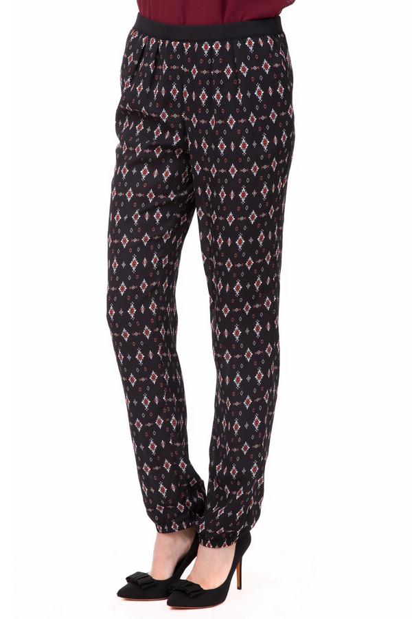 Брюки PezzoБрюки<br>Милые женские брюки Pezzo, черного цвета, украшенные ромбами красного и белого разного размера. Штанины достигают щиколоток, и внизу присборены резинкой. Дополнено изделие нешироким пояском. Такие брюки можно сочетать с разнообразной верхней одеждой. Изделие полностью выполнено из полиэстера. В летний сезон в таких брюках будет очень удобно.<br><br>Размер RU: 42<br>Пол: Женский<br>Возраст: Взрослый<br>Материал: полиэстер 100%<br>Цвет: Разноцветный