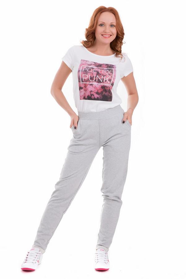 Спортивные брюки Just ValeriСпортивные брюки<br>Светлые спортивные женские брюки Just Valeri серого цвета. В таких брюках можно заниматься спортом, бить рекорды, а можно выйти на прогулку или просто носить в качестве повседневной одежды. Спереди косо врезаны карманы, держатся брюки за счет широкой резинкой на поясе. Модель выполнена полностью из хлопка. Отлично подойдет от круглогодичной носки.<br><br>Размер RU: 52<br>Пол: Женский<br>Возраст: Взрослый<br>Материал: хлопок 100%<br>Цвет: Серый
