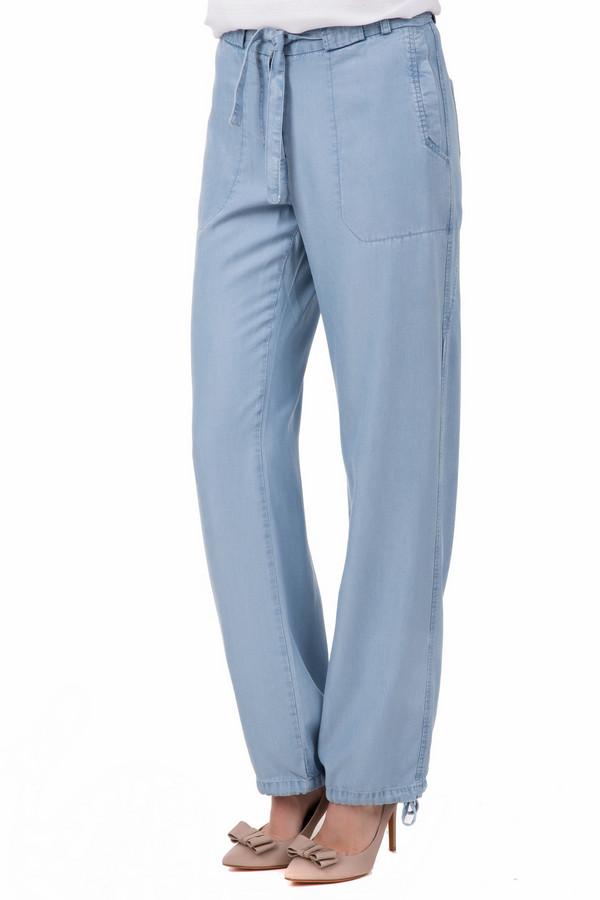 Брюки Just ValeriБрюки<br>Часто бывает так, что не можешь определится, что купить – брюки или джинсы? Just Valery решили этот вечный вопрос. Данные брюки сочетают в себе классический прямой крой и необычный дизайн. Цвет – светло-голубой джинс. Посадка средняя. Вместо привычных пуговиц и молнии, на поясе мы видим шнурок. Снизу штанин есть затяжки. Дополнительно изделие украшено декоративным швом. Состав – 100% тенсель.<br><br>Размер RU: 44<br>Пол: Женский<br>Возраст: Взрослый<br>Материал: тенсель 100%<br>Цвет: Голубой