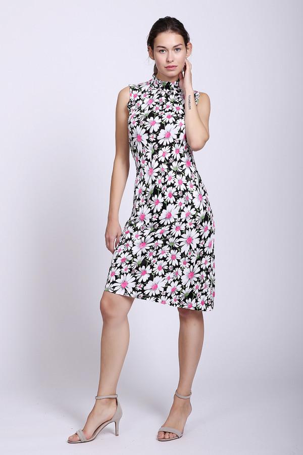 Платье PezzoПлатья<br>Если Вы хотите настоящей весны, то это платье от Pezzo точно для Вас! Изделие чёрного цвета, но по всё платье щедро украшено рисунком огромных цветов. Белые лепестки, розовая сердцевина – глядя на них кажется, будто вот-вот почувствуешь лёгкий аромат полевых цветов. Изделие средней длины, слегка заужено на талии, под горло. Сзади есть небольшой вырез, который застёгивается на две аккуратные белые пуговицы. Состав – 100% вискоза.