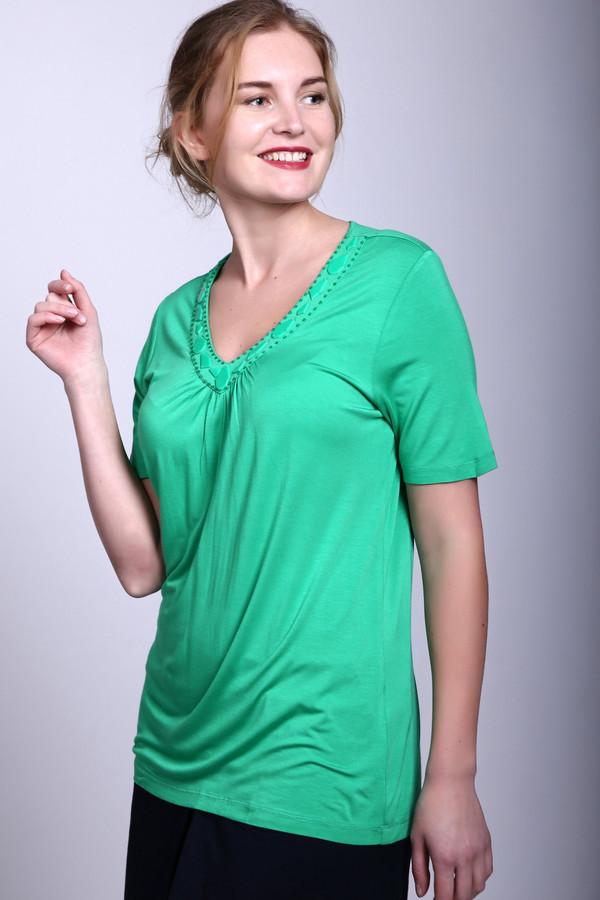 Футболка PezzoФутболки<br>Эта футболка благородного зелёного цвета от Pezzo выделит Вас из самой большой толпы. Изделие выполнено в классическом стиле – свободный силуэт, слезка зауженный в области талии, рукава стандартной длины. Футболка имеет не сильно глубокий V-образный вырез, который выгодно подчеркнёт область декольте, но не будет выглядеть вульгарно. Вырез дополнительно украшен декоративными камнями разной формы. Состав – 95% вискоза, 5% эластан.