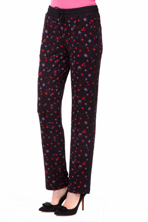 Брюки Just ValeriБрюки<br>Оригинальные брюки от Just Valery черного цвета с ярким принтом выделят Вас среди серой толпы. Брюки классического прямого покроя, посадка средняя. Сделана данная модель на 95% из вискозы, поэтому брюки приятные и мягкие на ощупь. Идеально подходят для летнего сезона. Дополнено это изделие принтом в виде пятнышек красного и фиолетового цвета. Также особенностью данной модели является пояс на шнурке.<br><br>Размер RU: 46<br>Пол: Женский<br>Возраст: Взрослый<br>Материал: вискоза 95%, спандекс 5%<br>Цвет: Разноцветный