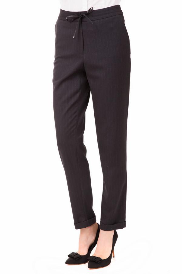 Брюки TaifunБрюки<br>Модные брюки от Taifun оценит каждая модница. Брюки серого цвета, дополнительно украшены тонкими вертикальными полосками, которые вытягивают силуэт и делают ноги визуально стройнее. Слегка заужены к низу. Вместо привычных молнии и пуговицы, брюки завязываются прочной лентой. Спереди и сзади есть по два кармана. Состав - 2% эластан, 70% полиэстер, 28% вискоза.<br><br>Размер RU: 40<br>Пол: Женский<br>Возраст: Взрослый<br>Материал: эластан 2%, полиэстер 70%, вискоза 28%<br>Цвет: Серый