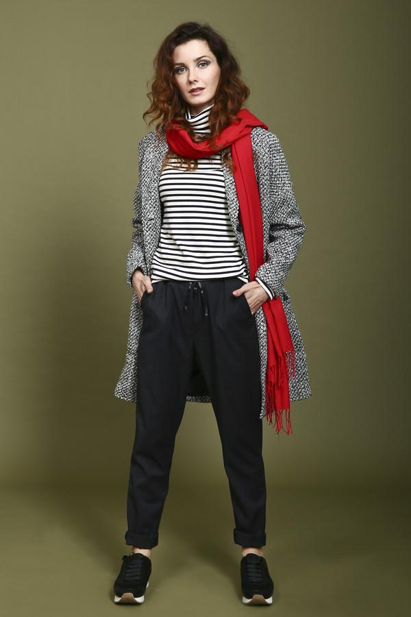 Брюки TaifunБрюки<br>Модные брюки от Taifun оценит каждая модница. Брюки серого цвета, дополнительно украшены тонкими вертикальными полосками, которые вытягивают силуэт и делают ноги визуально стройнее. Слегка заужены к низу. Вместо привычных молнии и пуговицы, брюки завязываются прочной лентой. Спереди и сзади есть по два кармана. Состав - 2% эластан, 70% полиэстер, 28% вискоза.<br><br>Размер RU: 42<br>Пол: Женский<br>Возраст: Взрослый<br>Материал: эластан 2%, полиэстер 70%, вискоза 28%<br>Цвет: Серый