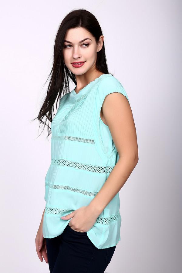 Блузa PezzoБлузы<br>Блуза от Pezzo нежного голубого цвета станет настоящим украшением Вашего летнего гардероба. Помимо красивого цвета, изделие отличается необычным дизайном. Блуза без рукавов, свободного покроя, слегка удлинённая, заужена в области талии. Дополнительно украшена узорами разной формы и величины. Состав – 100% вискоза.<br><br>Размер RU: 42<br>Пол: Женский<br>Возраст: Взрослый<br>Материал: вискоза 100%<br>Цвет: Голубой