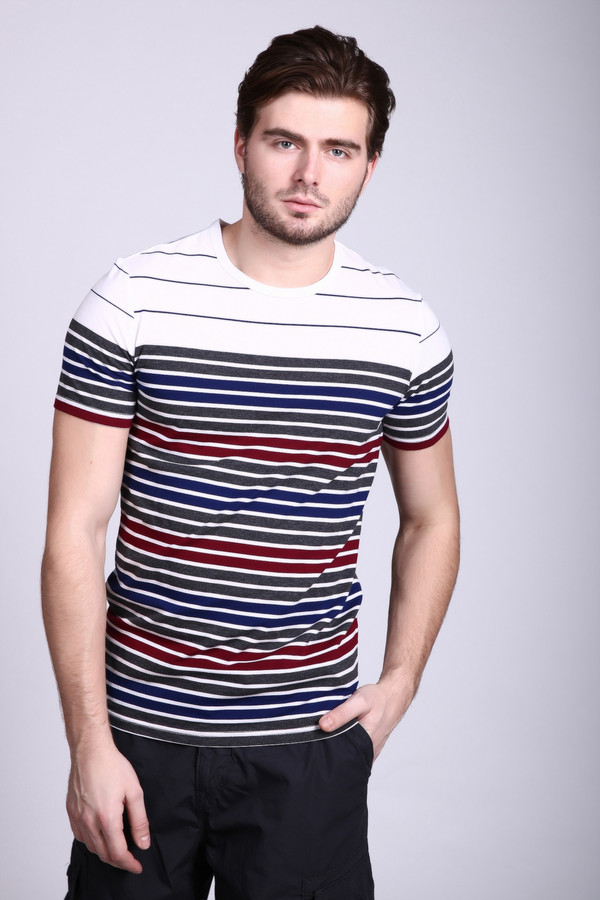 Футболкa PezzoФутболки<br>Стильная ассиметричная мужская футболка от Pezzo станет украшением любого гардероба. Сама футболка белого цвета, а необычную асимметрию дарят горизонтальный полосы разной ширины и расцветки – синий, красный и серый цвета. Вырез у изделия круглый, неглубокий. Рукава короткие. Состав – 80% хлопок, 20% полиэстер.<br><br>Размер RU: 52<br>Пол: Мужской<br>Возраст: Взрослый<br>Материал: полиэстер 20%, хлопок 80%<br>Цвет: Разноцветный