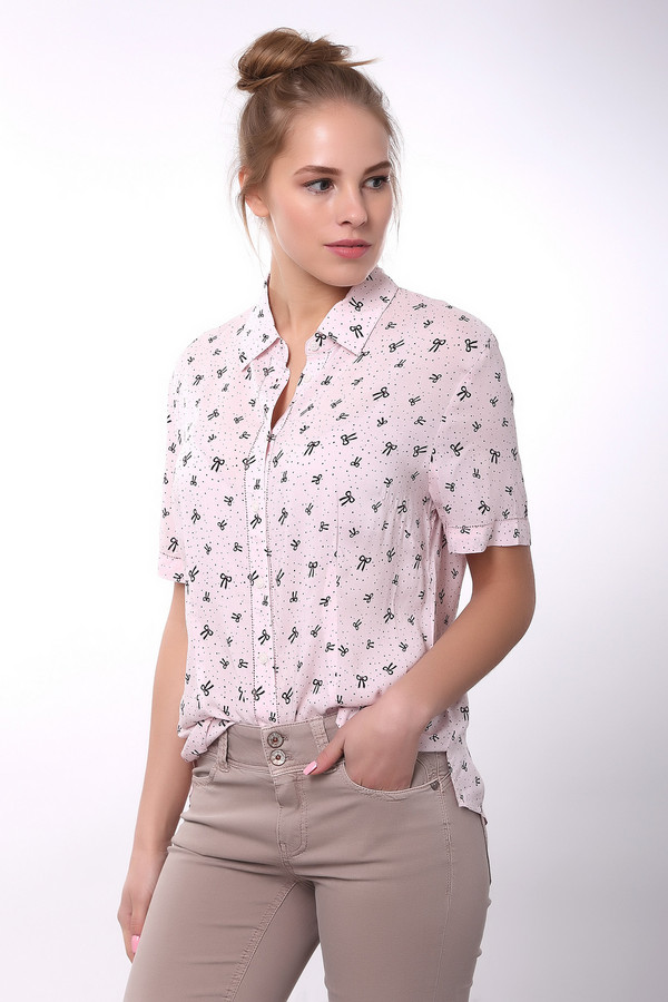 Блузa PezzoБлузы<br>Нежная блуза светло-розового цвета от Pezzo обязательно Вам понравится. В ней вы почувствуете себя по-настоящему красивой и свежей. Необычная эта блуза из-за своего рисунка – на ней изображены маленькие бантики и мелкий горошек. Застёгивается на пуговицы. Блуза длинная, поэтому её можно носить навыпуск или заправляя. Рукава короткие. Состав – 100% вискоза.