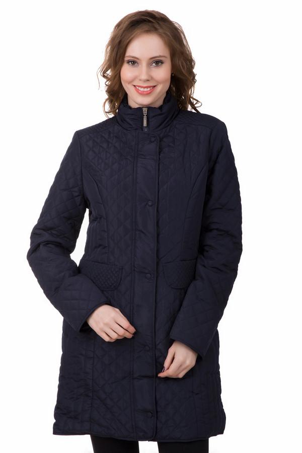 Пальто PezzoПальто<br>Темно-синее демисезонное пальто Pezzo. Классический крой разбавлен геометрическим рисунком прострочки. Стеганное комбинацией элементов разного размера на спине, рукавах и боках. Универсальная длина до середины бедра и приталенный крой отлично комбинируется с деловыми и casual-образами. Согреет в мокрые, прохладные дни в межсезонье.<br><br>Размер RU: 44<br>Пол: Женский<br>Возраст: Взрослый<br>Материал: полиэстер 100%<br>Цвет: Синий