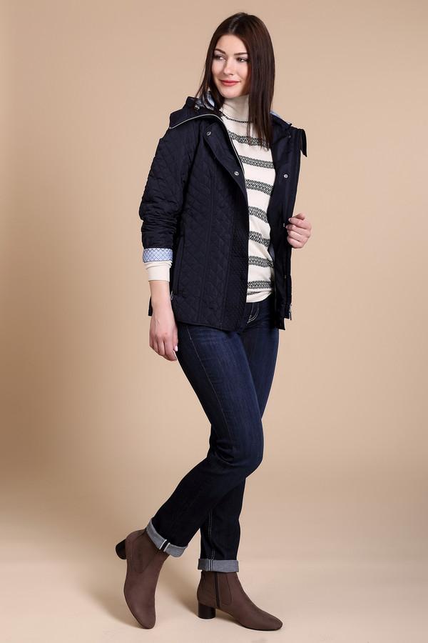Куртка PezzoКуртки<br>Стеганная демисезонная куртка Pezzo темно-синего цвета. Простая и в то же время элегантная вещь. Можно носить как с поясом, так и без. Удобный капюшон и высокий ворот укроет вас от дождя и холода, а светло-голубая отделка подкладки оживит темный цвет куртки. Отличны вариант для холодной осени и весны<br><br>Размер RU: 44<br>Пол: Женский<br>Возраст: Взрослый<br>Материал: полиэстер 100%<br>Цвет: Синий