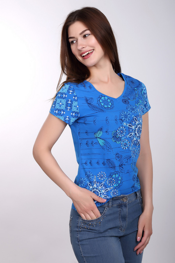 Футболка PezzoФутболки<br>Насыщенно синяя футболка Pezzo с оригинальным орнаментом и украшением из страз. Симпатичный вариант для отдыха на курортах или повседневной носки в городе. Аккуратный V-образный вырез, средняя длина, натуральный состав ткани и свободный крой – подарят вам комфорт и свободу в любое время.