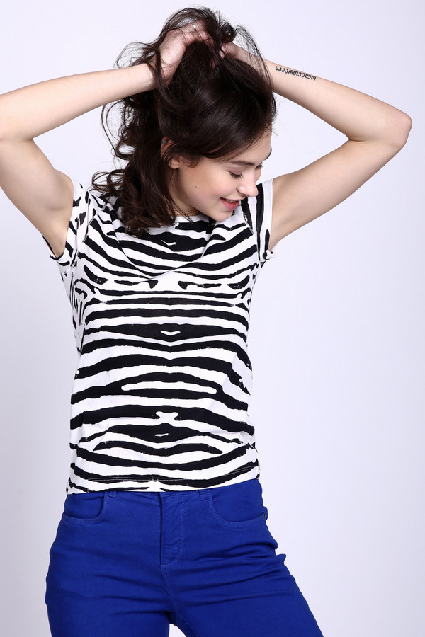 Футболка PezzoФутболки<br>Футболка Pezzo черно-белая. Модель изящная и к тому же необычная. Экстравагантная расцветка сделает вас королевой! Притягательная модель для элегантной и смелой женщины, которая любит экспериментировать и представать в новых образах. Короткий рукав и округлый вырез горловины данной футболки открывает самые красивые и привлекательные части женского тела. Состав: 100%-ный хлопок.<br><br>Размер RU: 44<br>Пол: Женский<br>Возраст: Взрослый<br>Материал: хлопок 100%<br>Цвет: Чёрный