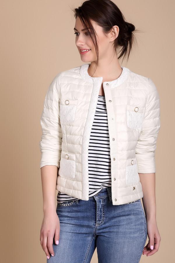 Куртка Just ValeriКуртки<br>Куртка Just Valeri белая. Эта модель просто восхитительна. Кружевные вставки на планке и на карманах делают это изделие нежным и женственным. Белый цвет всегда выглядит празднично, в таком исполнении – еще и нежно. Четыре карманчика декорированы к тому же круглыми элементами, которые напоминают крупные жемчужины. Состав: 100%-ный полиэстер. Модель отлично подойдет для ансамблей с брюками и юбками.<br><br>Размер RU: 52<br>Пол: Женский<br>Возраст: Взрослый<br>Материал: полиэстер 100%<br>Цвет: Белый