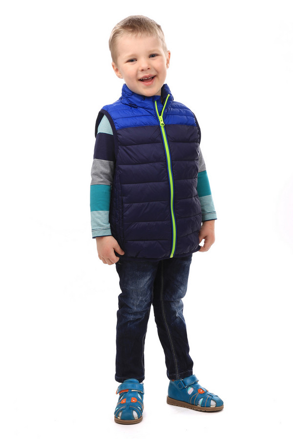 Куртка Tom TailorКуртки<br>Куртка-безрукавка Tom Tailor. Эта куртка прекрасно смотрится на мальчиках. Синие и голубые цвета отлично подойдут для настоящего мужского гардероба, поэтому у вашего ребенка с детства все будет как у взрослого. Яркая молния и удобный капюшон этого простеганного изделия – модные и крайне удобные атрибуты. Состав: 100%-ный полиамид.<br><br>Размер RU: 28;104-110<br>Пол: Мужской<br>Возраст: Детский<br>Материал: полиамид 100%<br>Цвет: Синий
