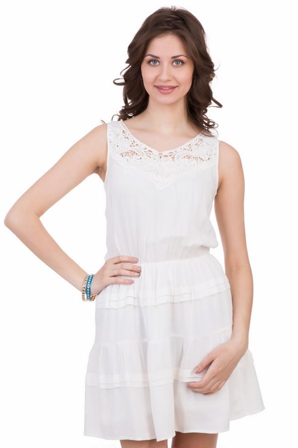 Платье LocustПлатья<br>Платье Locust белое. Кружевная кокетка, ткань, присборенная на талии, и милые женственные складочки на расклешенной юбочке – все эти черты делают предлагаемую модель очень женственной, милой и в то же время немного игривой. Платье красиво открывает ваши соблазнительные ножки. Модель очень выигрышная и не оставит равнодушным никого. Состав: 100%-ная вискоза.
