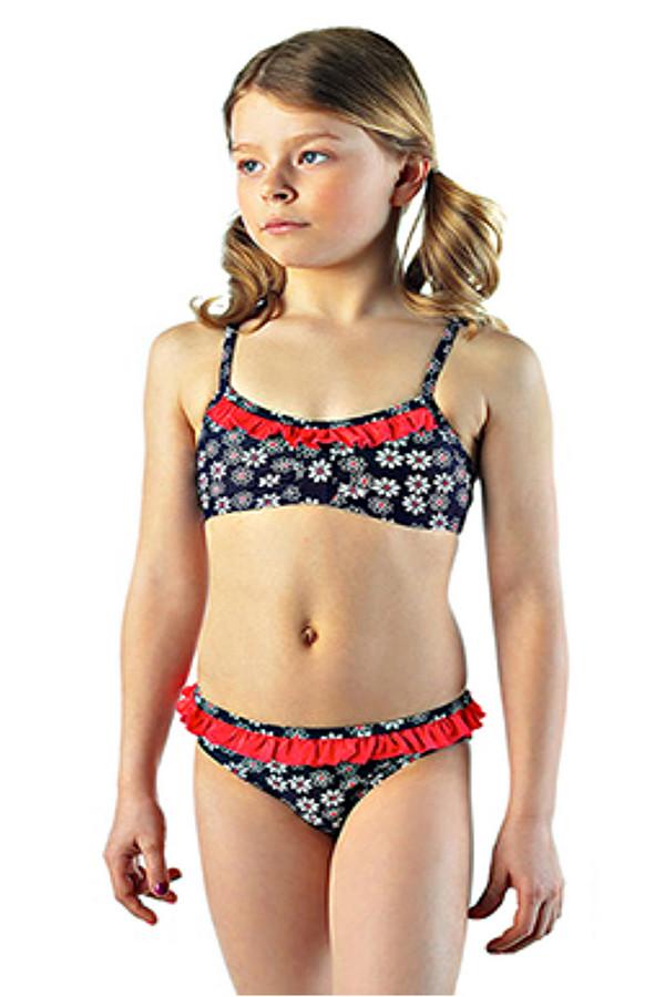 Купальник LowryКупальники<br>Купальник Lowry для девочки разноцветный. Милая модель раздельного купальника – отличное решение для юной модницы, которой хочется загорать и купаться. Красные декоративные рюши делают эту модель очень симпатичной. Состав: эластан и полиамид. Изделие предназначено для круглогодичной носки.<br><br>Размер RU: 32<br>Пол: Женский<br>Возраст: Детский<br>Материал: полиамид 82%, эластан 18%<br>Цвет: Разноцветный