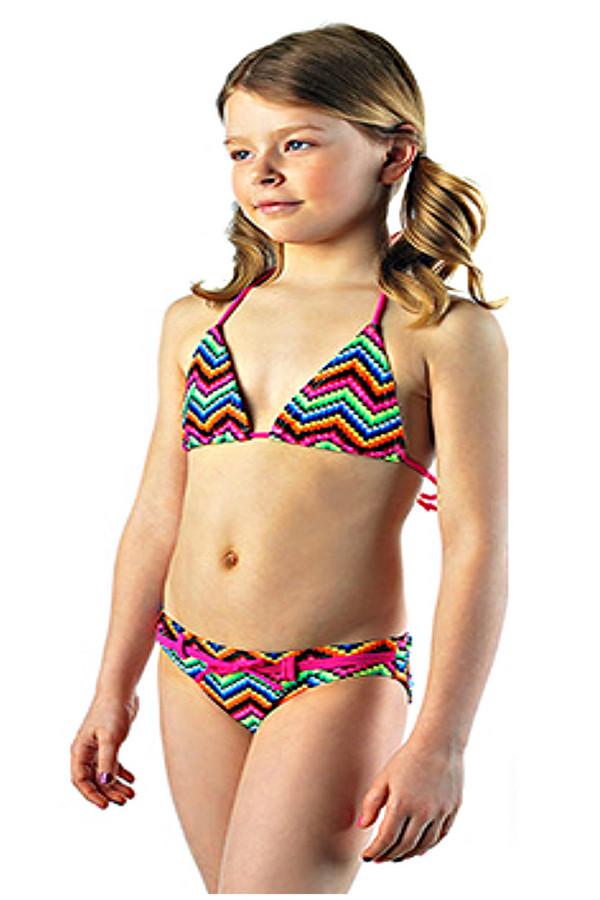Купальник LowryКупальники<br>Купальник Lowry для девочки разноцветный. Все как у взрослых – эта мечта маленькой модницы воплотилась в данном купальнике. Стильный крой этой модели, изящные треугольные чашечки, яркий поясок на плавках и суперсовременная актуальная расцветка – все эти черты предлагаемой модели не оставят малышку равнодушной. Отменный выбор для поездки на море! Состав: эластан и полиамид.<br><br>Размер RU: 30<br>Пол: Женский<br>Возраст: Детский<br>Материал: полиамид 82%, эластан 18%<br>Цвет: Разноцветный