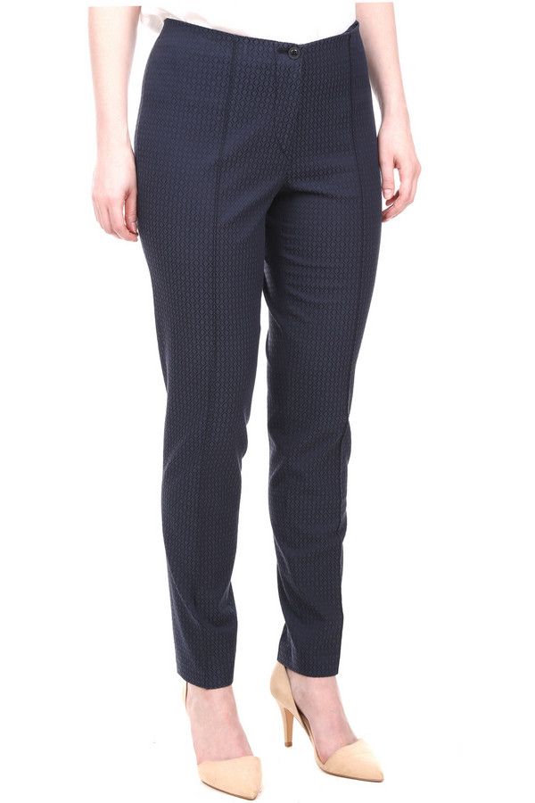 Брюки GardeurБрюки<br>Женские брюки Gardeur синего цвета в черный ромб. Брюки длиной до щиколоток, штанины сужаются к низу. Пояса нет. Сзади есть два практичных врезных кармана, застегивающихся на молнии. В состав изделия входят эластан, вискоза, хлопок. Наиболее подходящее время для носки - демисезон. Эти брюки могут быть как частью делового брючного костюма, так и использоваться в повседневной носке.<br><br>Размер RU: 46<br>Пол: Женский<br>Возраст: Взрослый<br>Материал: эластан 3%, вискоза 46%, хлопок 51%<br>Цвет: Синий