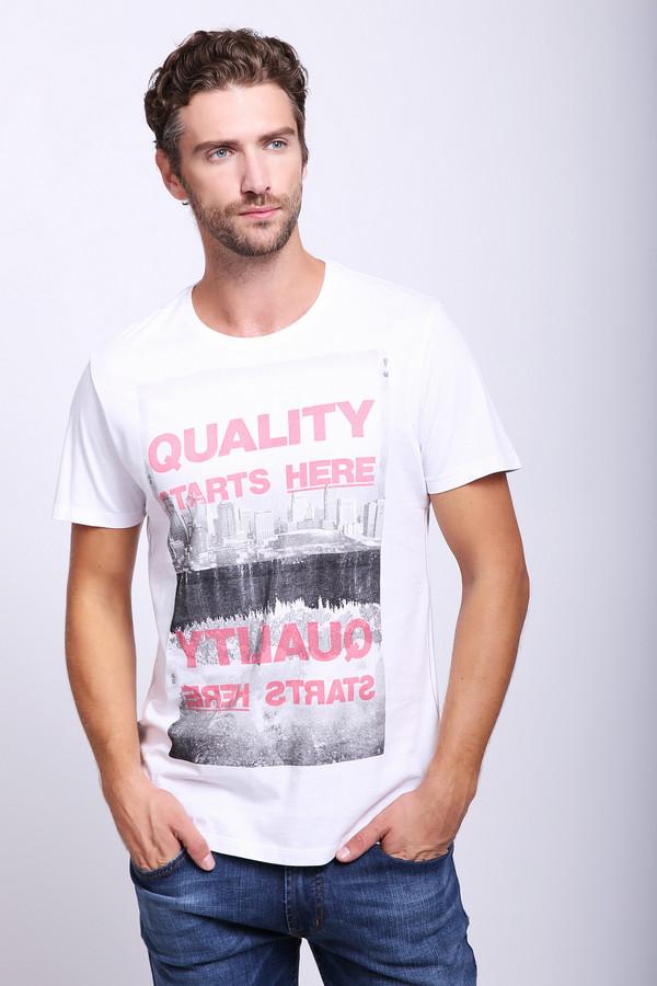 Футболкa s.OliverФутболки<br>Оригинальная мужская футболкa s.Oliver поможет вам выделиться из толпы. Обычную белую футболку с коротким рукавом украшает изображение черно-белого пейзажа и красная надпись QUALITY STARTS HERE. Модель выполнена полностью из хлопка. Летом в ней будет наиболее комфортно, особенно если сочетать ее с шортами.