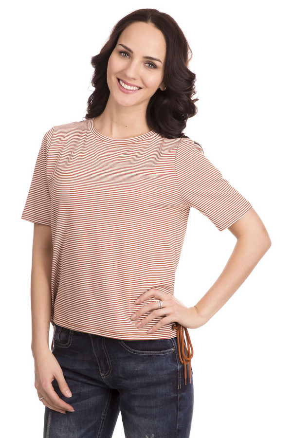 Футболка Tom TailorФутболки<br>Очаровательная женская футболка Tom Tailor из той одежды, про которую можно сказать: просто и со вкусом. Футболка белого цвета в тонкую и частую красную горизонтальную полоску. Рукава короткие, горловина окантована этой же материей. На боку драпировка оранжевым шнуром. Выполнена из эластана и хлопка. Летом в ней будет особенно комфортно.<br><br>Размер RU: 40-42<br>Пол: Женский<br>Возраст: Взрослый<br>Материал: хлопок 95%, эластан 5%<br>Цвет: Оранжевый