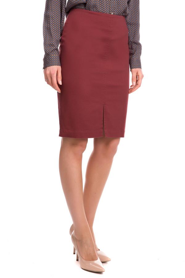 Юбка FemmeЮбки<br>Бордовая юбка от Femme - это стильно и ярко. Юбка выполнена в насыщенном бордовом цвете, что делает её оригинальной и необычной. Длина изделия - средняя, до колена. Посадка средняя. Спереди юбка дополнительно украшена небольшим вертикальным вырезом. Застегивается изделие сзади с помощью небольшой молнии. Отлично подойдет под блузу и туфли. Состав изделия - 97% хлопок, 3% эластан.<br><br>Размер RU: 54<br>Пол: Женский<br>Возраст: Взрослый<br>Материал: эластан 3%, хлопок 97%<br>Цвет: Бордовый