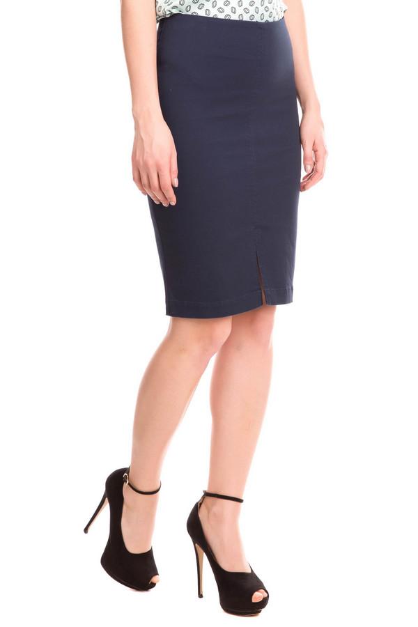Юбка FemmeЮбки<br>Синяя юбка от Femme - это стильно и ярко. Юбка выполнена в насыщенном синем цвете, что делает её оригинальной и необычной. Длина изделия - средняя, до колена. Посадка средняя. Спереди юбка дополнительно украшена небольшим вертикальным вырезом. Застегивается изделие сзади с помощью небольшой молнии. Отлично подойдет под блузу и туфли. Кроме того, юбка станет отличным дополнением к жакету. Состав изделия - 97% хлопок, 3% эластан.<br><br>Размер RU: 42<br>Пол: Женский<br>Возраст: Взрослый<br>Материал: эластан 3%, хлопок 97%<br>Цвет: Синий