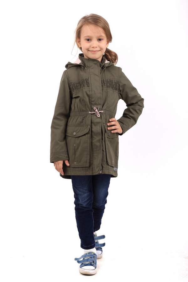 Куртка s.OliverКуртки<br>Детская куртка для девочек от s.Oliver защитит от ветров и дождей. Куртка выполнена в темно-зеленом цвете. Изделие удлиненное, до середины бедра. Задняя часть немного длиннее передней. Рукава длинные. Есть капюшон, который, при необходимости, можно отстегнуть. Застегивается куртка спереди на молнию. Изделие прямого кроя, но на поясе ширину можно отрегулировать с помощью пояса-шнурка. Спереди есть два кармана. Сзади имеется небольшой разрез для украшения. Состав - 35% полиэстер, 45% хлопок, 20% полиамид.<br><br>Размер RU: 26;98<br>Пол: Женский<br>Возраст: Детский<br>Материал: хлопок 45%, полиамид 20%, полиэстер 35%, Состав_подкладка хлопок 100%<br>Цвет: Зелёный