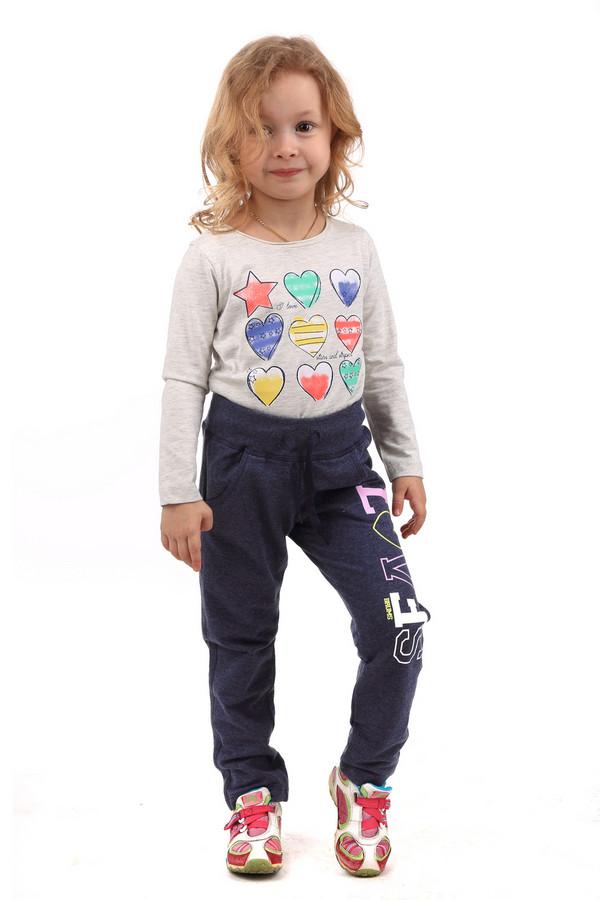 """Брюки BrumsБрюки<br>Детские брюки от Brums для девочек. Брюки сделаны в темно-синем цвете. Брюки длинные, посадка - средняя. Регулируются с помощью пояса-шнурка. Спереди есть два кармана. Изделие дополнительно украшено разноцветным принтом с надписью """"LOVES"""". Идеально подойдет для ношения с кофтами или футболками. Состав изделия - 80% хлопок, 20% полиэстер.<br><br>Размер RU: 32;128<br>Пол: Женский<br>Возраст: Детский<br>Материал: полиэстер 20%, хлопок 80%<br>Цвет: Синий"""