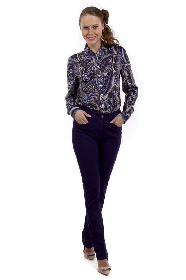 Брюки PezzoБрюки<br>Женские брюки Pezzo темно-фиолетового цвета прямого кроя. Модель дополнена пятью стандартными карманами и шлевками для ремня. Изделие застегивается на молнию и фиксируется на пуговицу.<br><br>Размер RU: 50<br>Пол: Женский<br>Возраст: Взрослый<br>Материал: вискоза 68%, нейлон 26%, спандекс 6%<br>Цвет: Фиолетовый