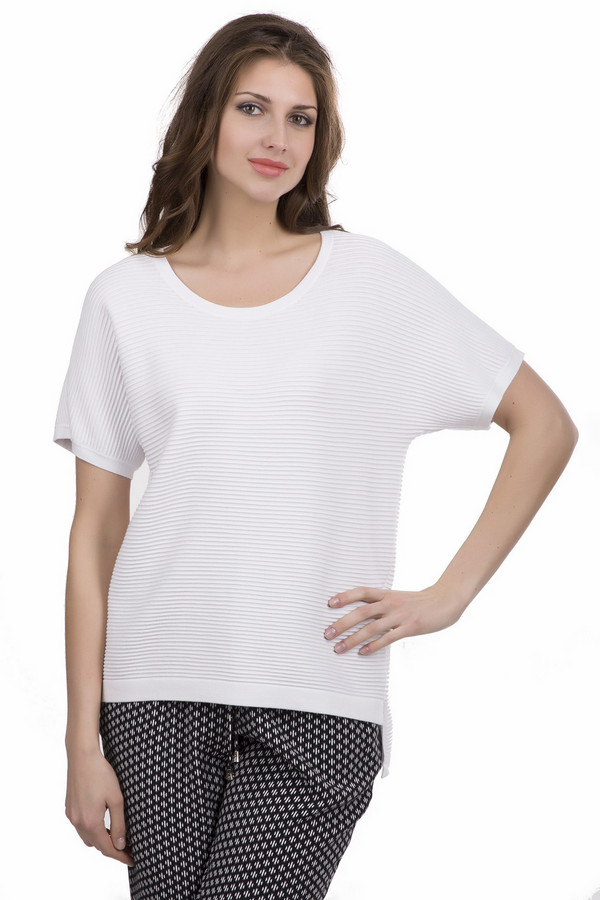 Пуловер Luisa CeranoПуловеры<br>Пуловер женский белого цвета фирмы Luisa Cerano. Модель выполнена прямым покроем. Изделие дополнено округлым воротом, короткими рукавами реглан, небольшими, боковыми разрезами. Задняя часть пуловера длиннее передней части. Ткань изготовлена в рубчик. Ткань состоит из 72% вискозы, 28% полиэстера. Гармонировать можно с различными брюками.